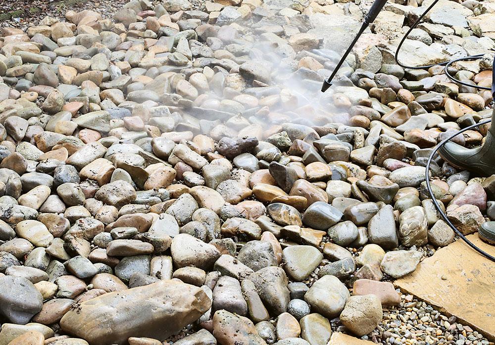 Čistenie kameňov v záhradnom jazierku