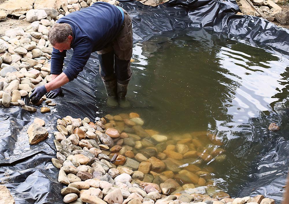 ukladanie kameňov v jazierku