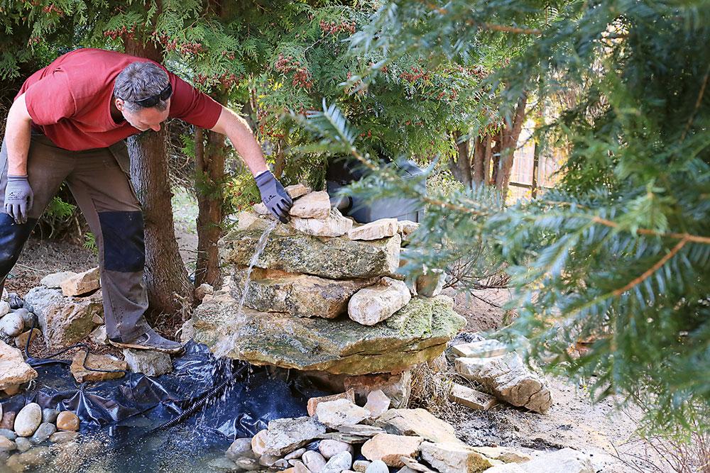 filtračný systém záhradného jazierka obložený skalami