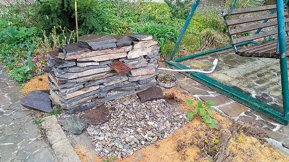 Kamenný múrik svodopádom
