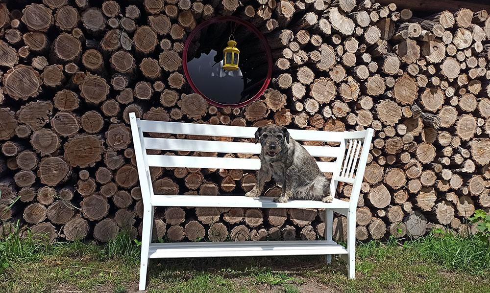 drevená lavička vyrobená zo starých stoličiek