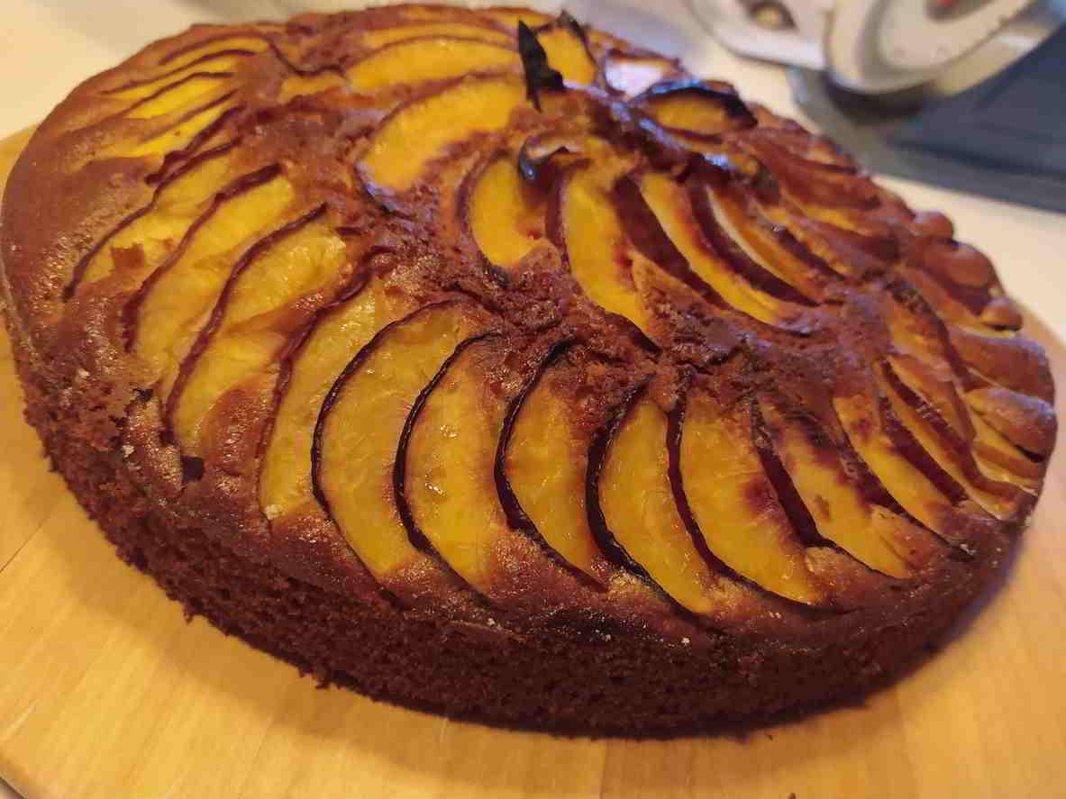 obrátený broskyňový koláč
