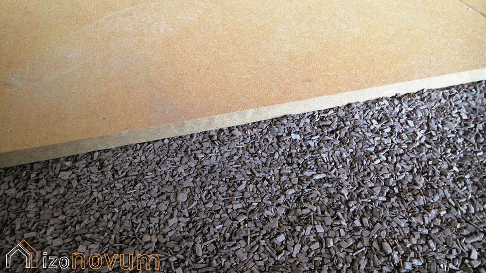 Mineralizovaná štiepka ako suchý podsyp na vyrovnanie a zateplenie podlahy v starých domoch, ktoré potrebujú dýchať.