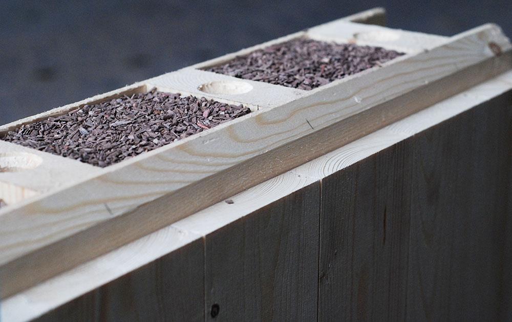 Tepelná výplňová izolácia do dutých stavebných konštrukcií pre stavby z prírodných materiálov.