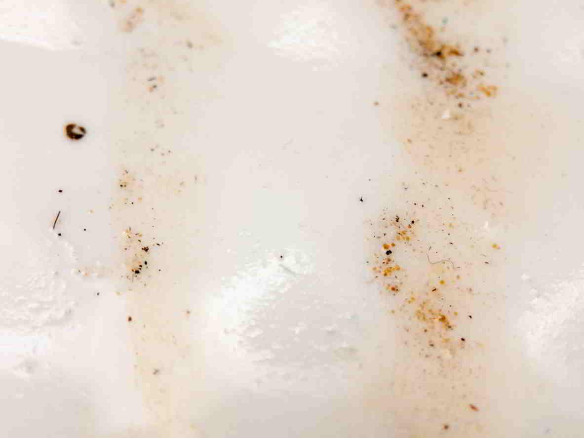 hrdzavé umývadlo