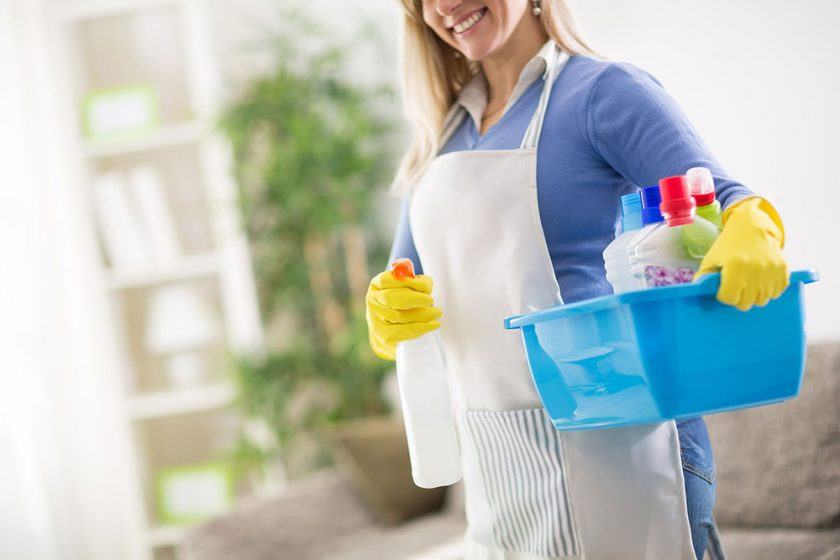 žena pri upratovaní