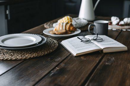 kniha s dezertom a s kávou na stole