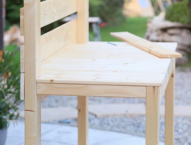 montáž pracovného stolíka do záhrady