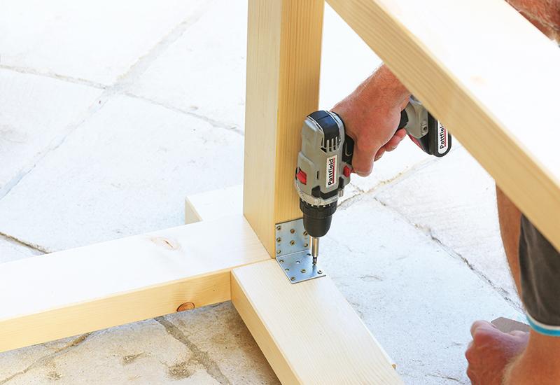 pripevňovanie drevených nôh stolíka