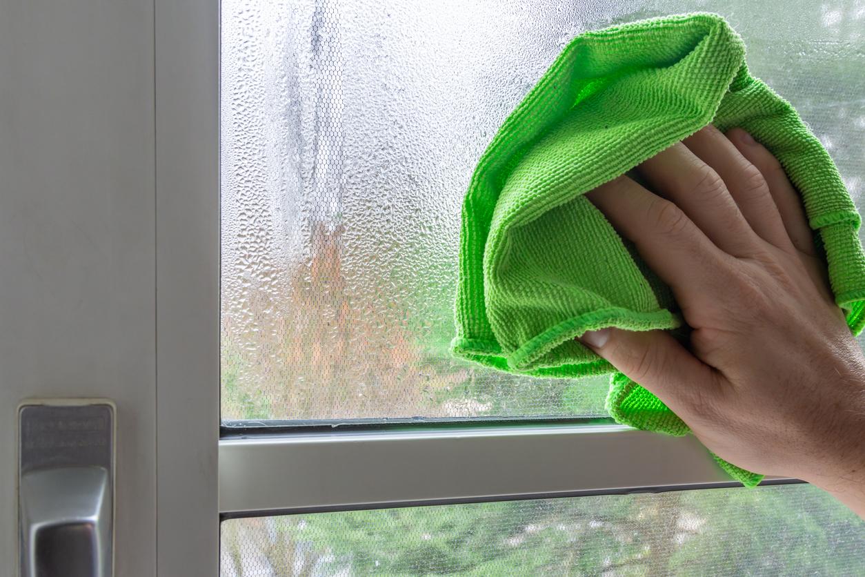 utieranie kondenzovanej vlhkosti na okne