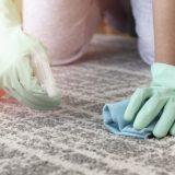 čistenie mastných škvŕn na koberci
