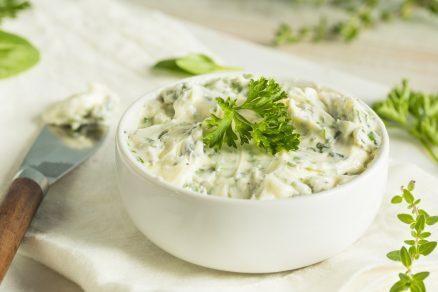 Domáce cesnakovo-bylinkové maslo