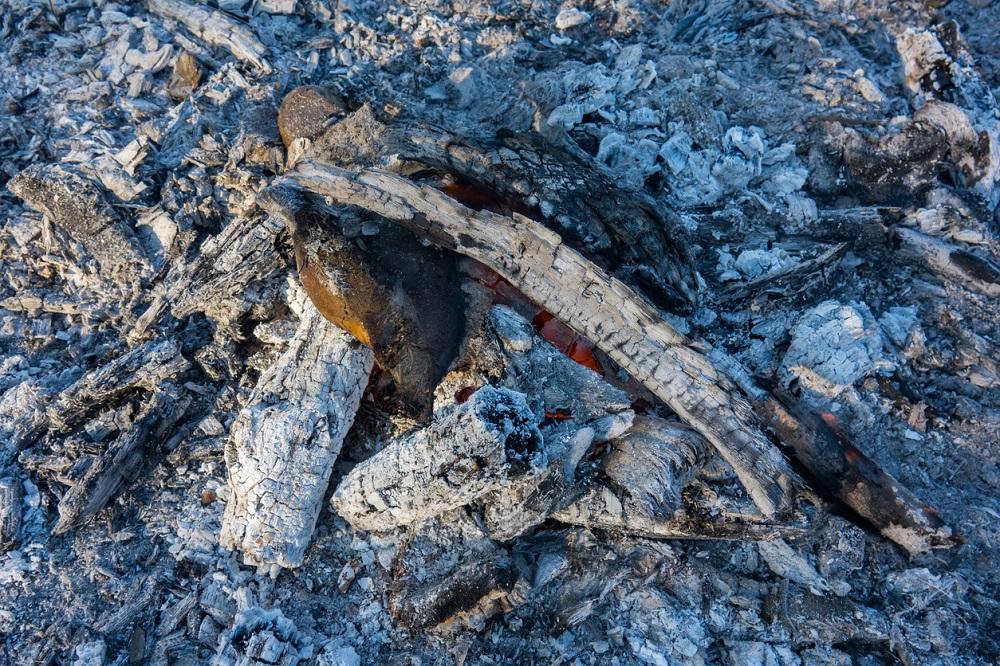 drevný popol v ohnisku
