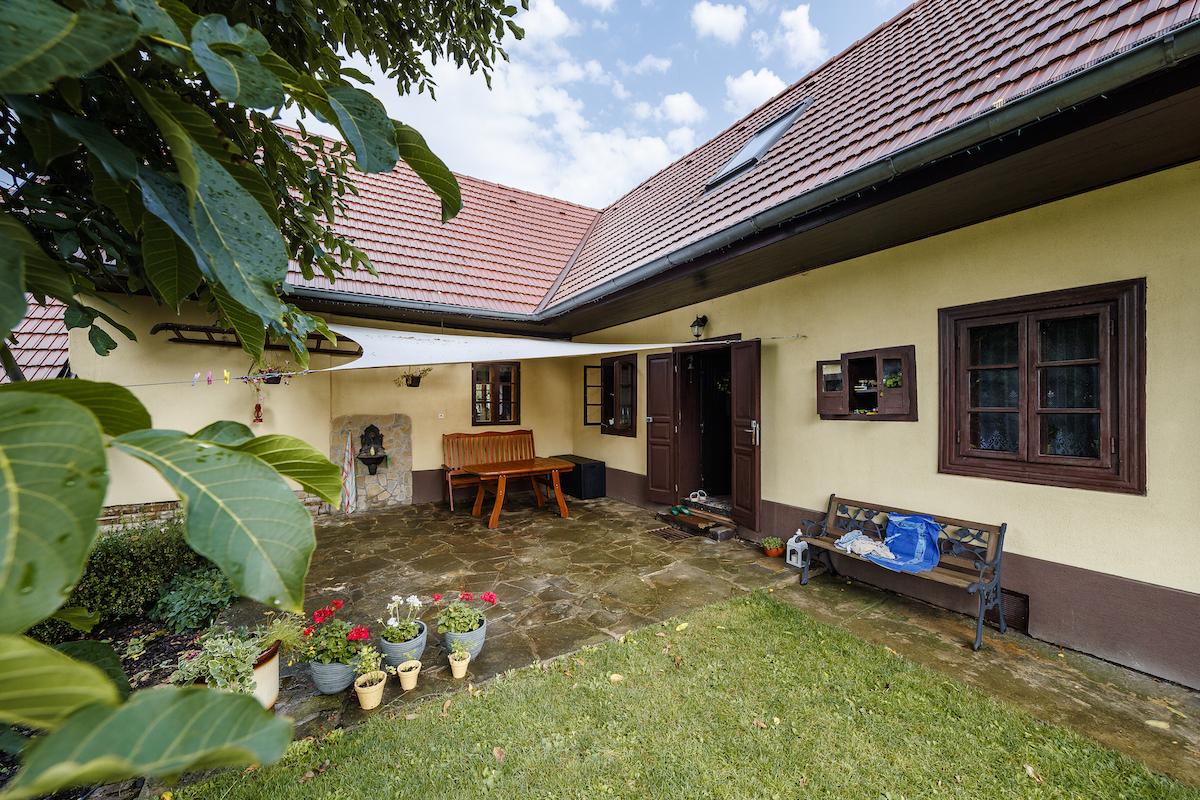 Dom s pálenou krytinou