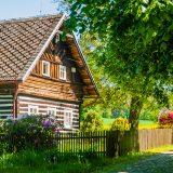 pôvodná drevenica so záhradkou