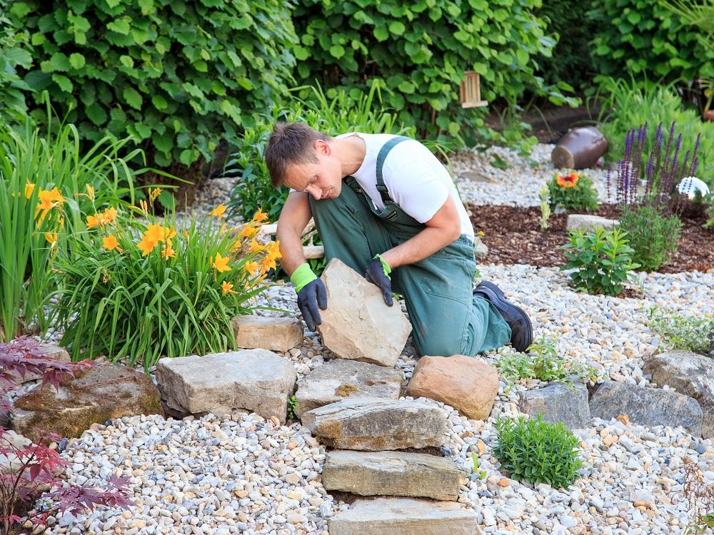 stavba záhradného chodníka z kameňov
