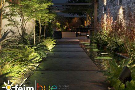 exteriérové nástenné svietidlo v záhrade