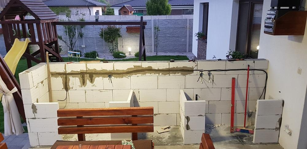 výstavba terasy so záhradným sedením a kuchyňou