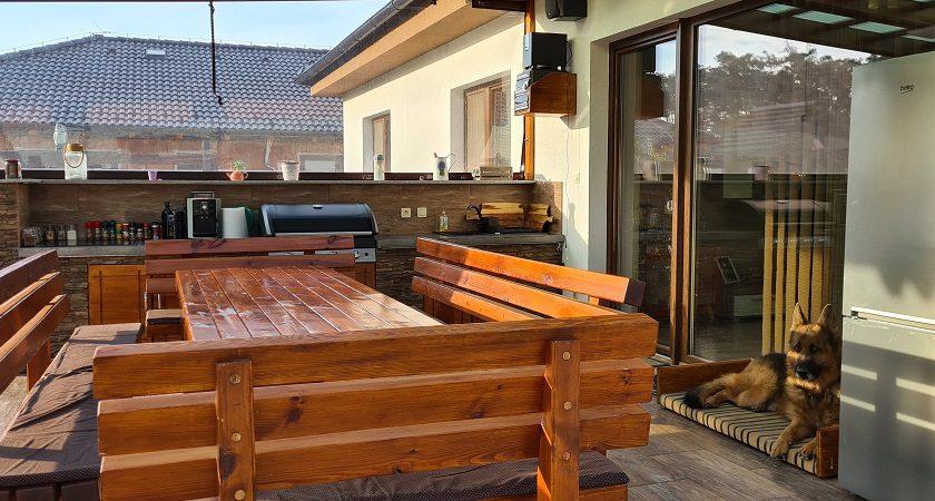 Terasa so záhradným sedením a kuchyňou
