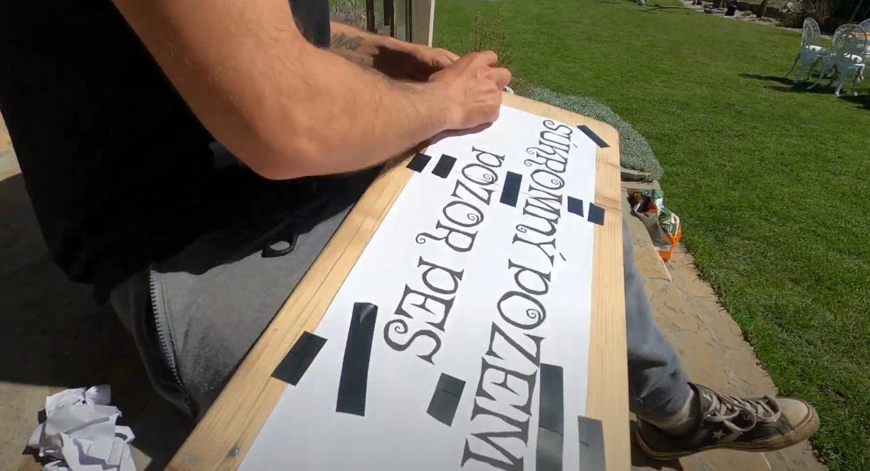 výroba drevenej tabuľky s nápisom