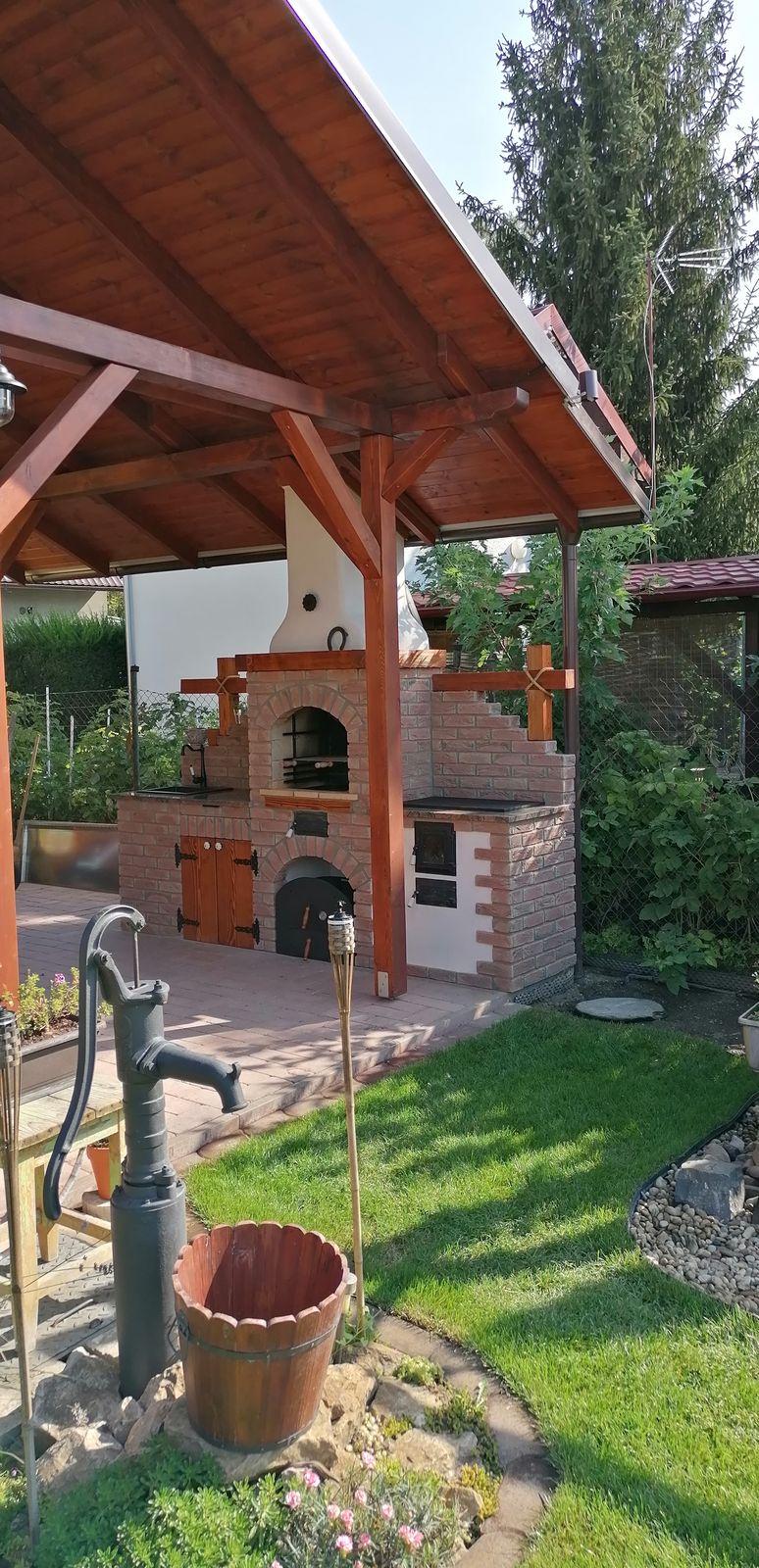 záhradná kuchyňa s pecou na pizzu