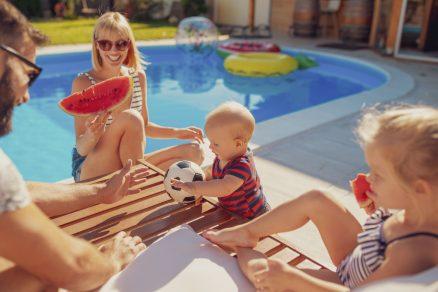 rodinná pohoda pri záhradnom bazéne