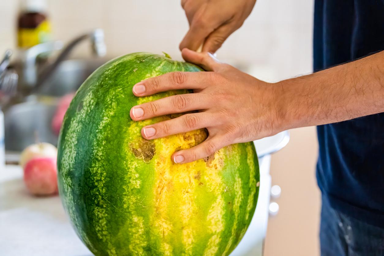 krájanie zrelého melónu