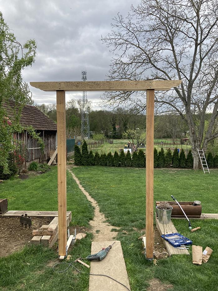 stavba záhradnej pergoly na popínavky