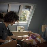 Dieťa žena pod strešným oknom