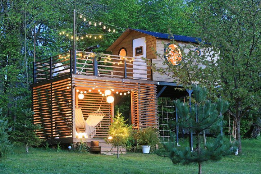 záhradný domček medzi stromami