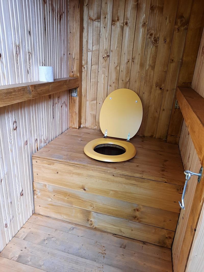 nová latrína v záhrade