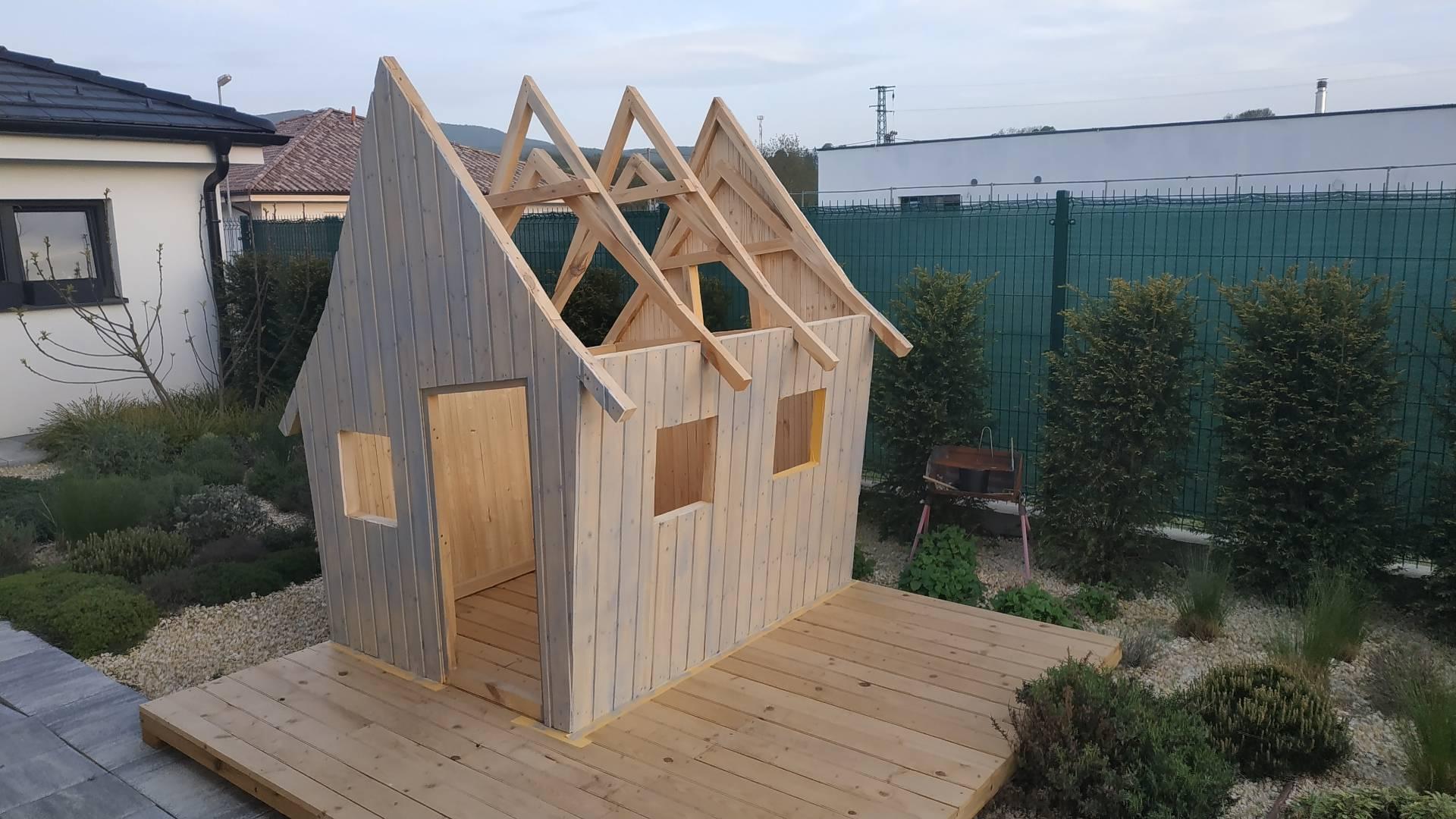 stavba záhradného domčeka pre deti