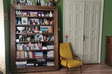 knižnica zo starých zárubní a podlahových dosiek