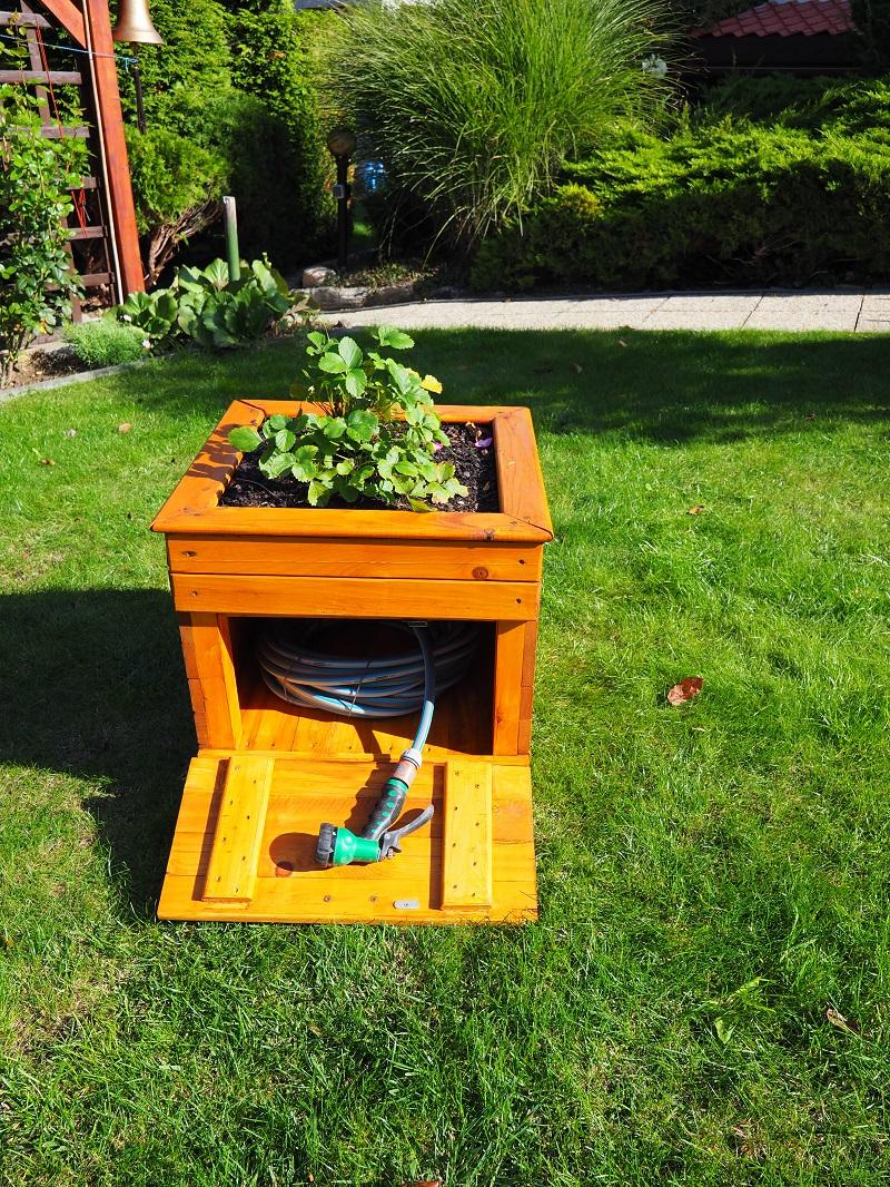 záhradný kvetináč so skrinkou na záhradnú hadicu
