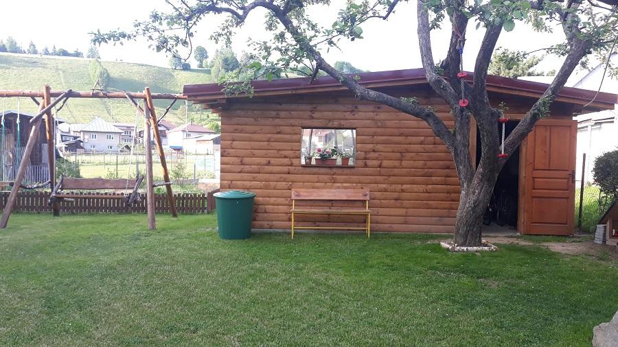 altánok s hojdačkou a detským domčekom