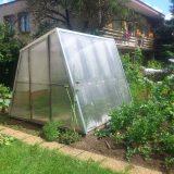stavba záhradného skleníka z recyklovaného plastu