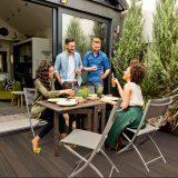 Posedenie s priateľmi na terase domu
