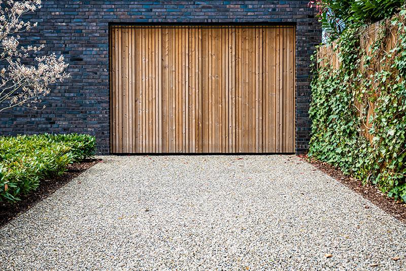 Drevená garážová brána
