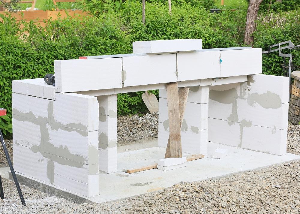 stavba záhradného baru na grilovanie