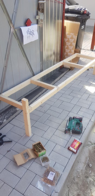 Výroba dreveného posedenia pri dome