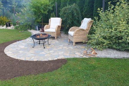Kamenná dlažba so záhradným posedením
