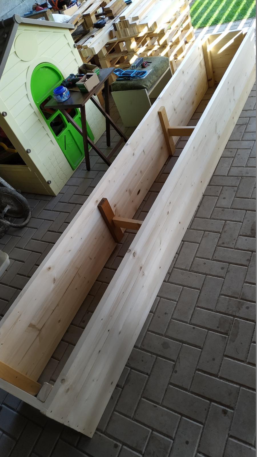 stavba vyvýšených záhonov pri altánku