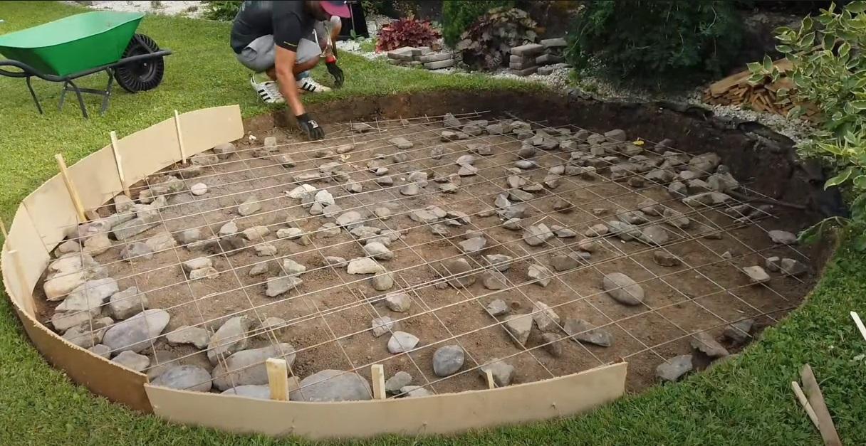 Príprava kamennej dlažby v záhrade