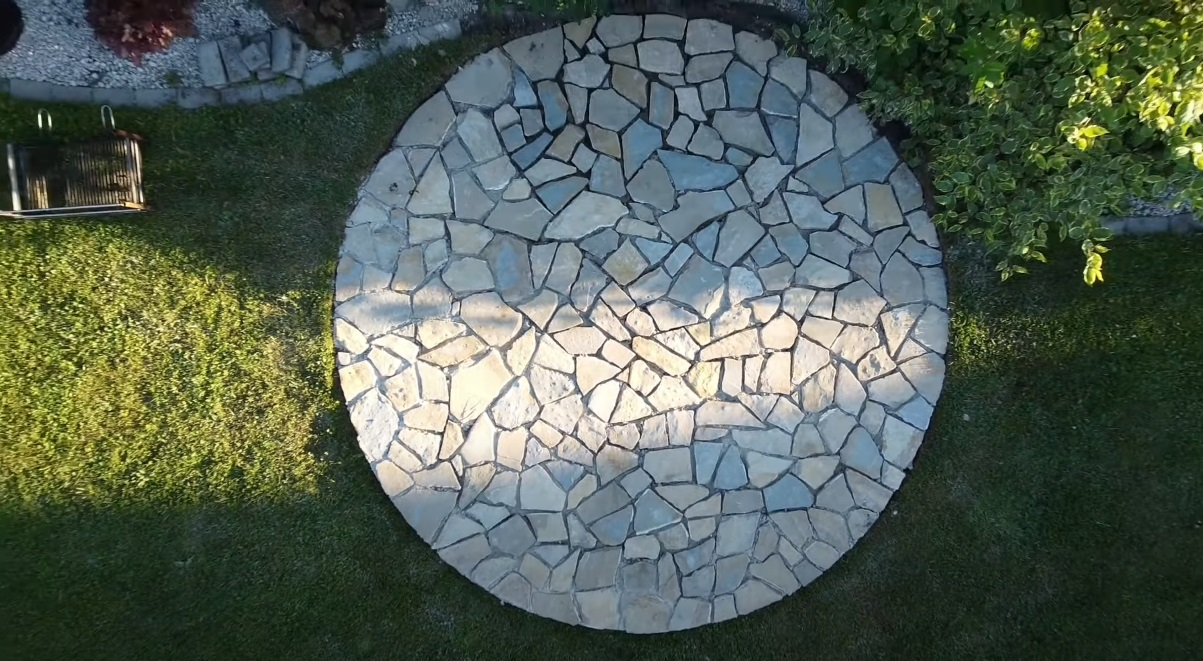 Kamenná dlažba v záhrade