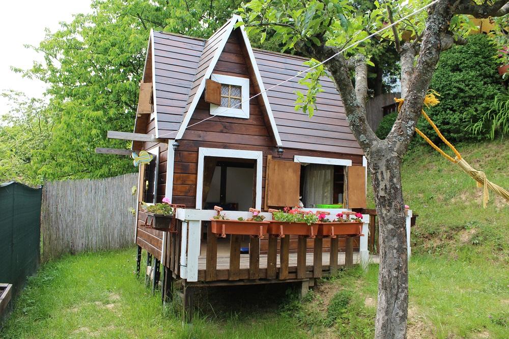 Dvojpodlažný detský domček v záhrade
