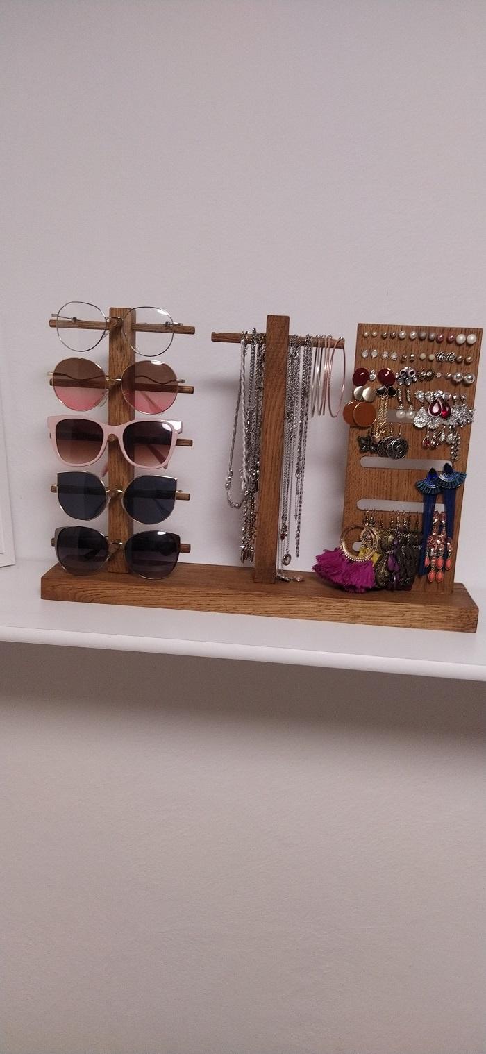 Drevený stojan na okuliare a šperky