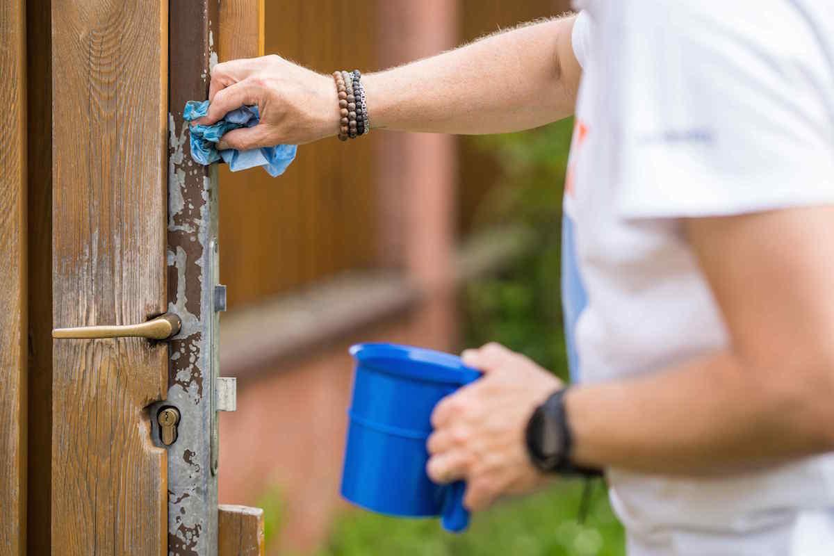 Odmasťovanie dverí na plote