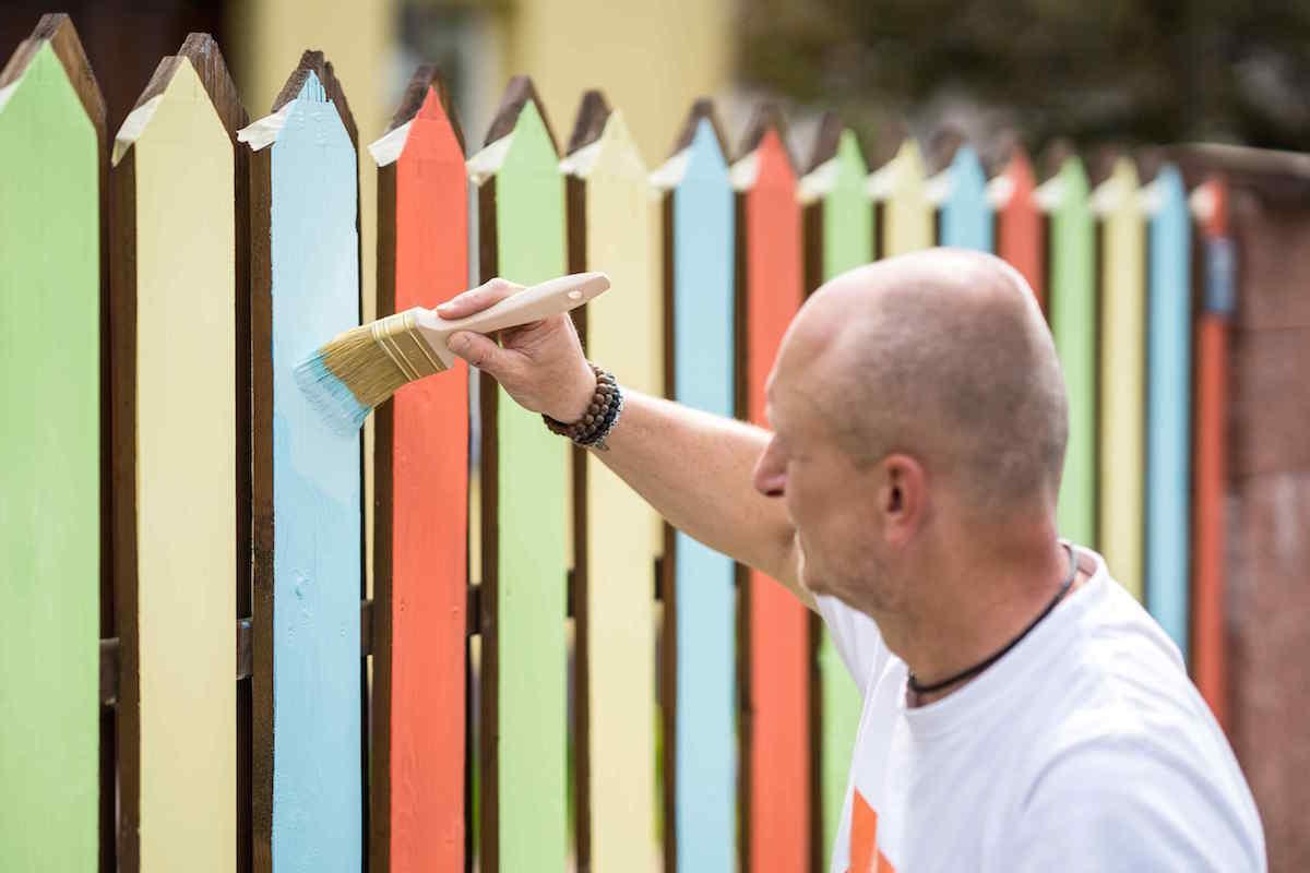 Nanášanie farby na plot