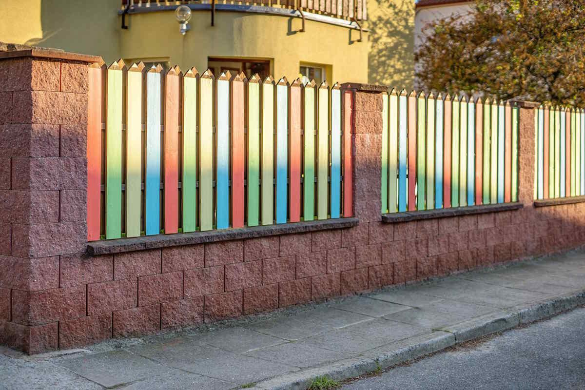 Hotový farebný plot