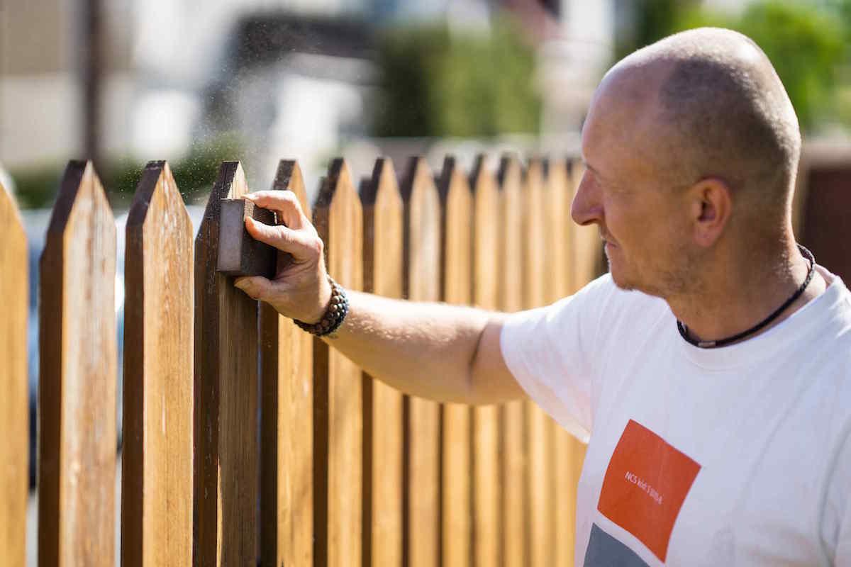Brúsenie plota pomocou hubky